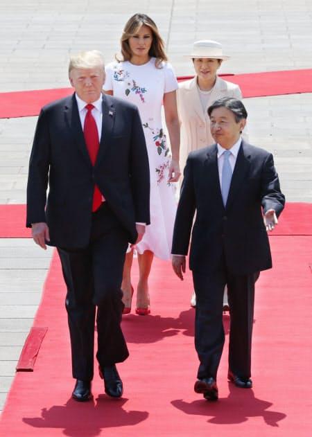 歓迎行事で天皇陛下と並んで歩くトランプ米大統領(27日、皇居・東庭)
