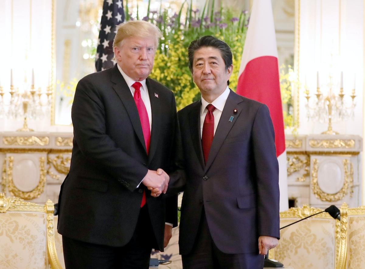 日米首脳会談の冒頭、握手するトランプ氏と安倍首相
