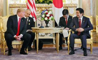 日米首脳会談に臨むトランプ大統領と安倍首相(27日午前11時6分、東京・元赤坂の迎賓館)