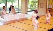 日本舞踊を鑑賞するメラニア夫人と昭恵夫人=代表撮影