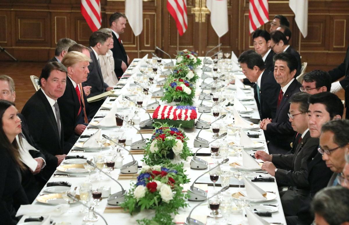 ワーキングランチに臨むトランプ氏(左列手前から4人目)と安倍首相(右列中央)=代表撮影