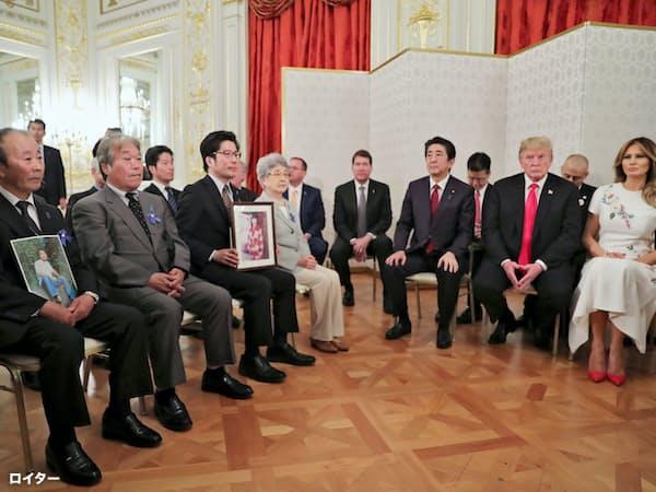 拉致被害者家族と面会するトランプ氏と安倍首相=ロイター