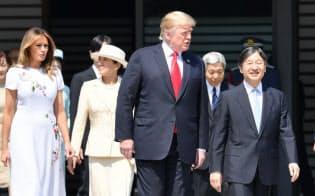 トランプ米大統領の歓迎行事に臨む天皇、皇后両陛下(27日、皇居・東庭)