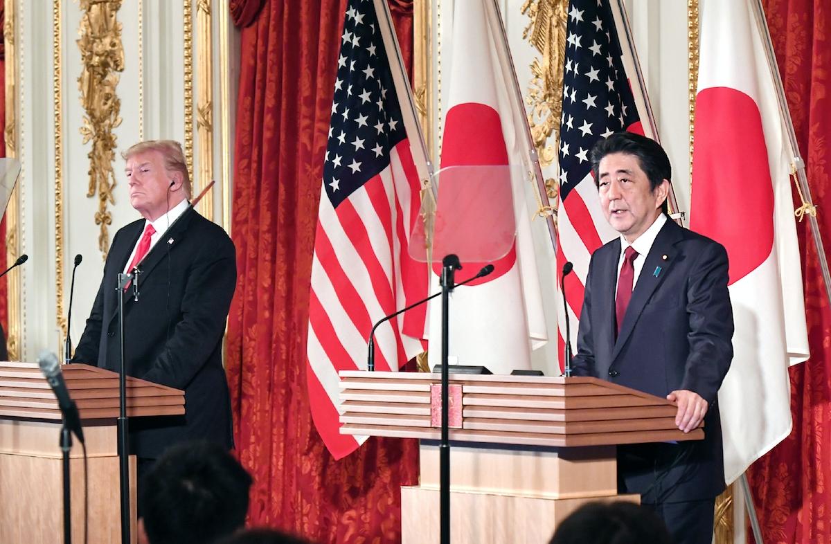 共同記者会見をするトランプ氏と安倍首相