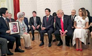 北朝鮮による拉致被害者家族と面会したトランプ大統領(前列右から2人目)(27日午後、迎賓館)=ロイター