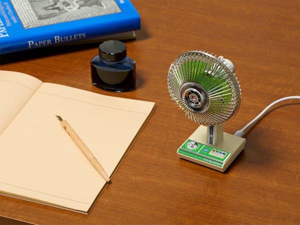 タカラトミーアーツが発売する「昭和扇風機」(緑の「SW-4G」)。机の上で懐かしい風を感じられる