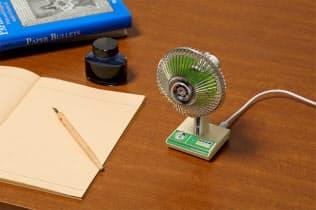 タカラトミーアーツが発売する「昭和扇風機」(緑の「SW―4G」)。机の上で懐かしい風を感じられる