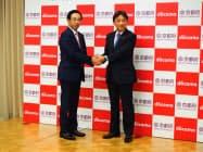 協定を結び握手するNTTドコモの吉沢和弘社長(右)と京都府の西脇隆俊知事(27日、京都市左京区)