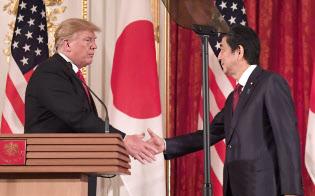 共同記者会見を終え握手するトランプ米大統領と安倍首相(27日午後、東京・元赤坂の迎賓館)
