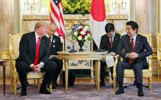 日米首脳会談に臨むトランプ米大統領と安倍首相(27日午前、東京・元赤坂の迎賓館)