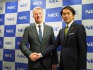 共同で臨床試験に取り組むNECの藤川修執行役員(右)と仏トランスジーンのエリック・ケメナー上級副社長