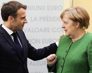 欧州議会選ではメルケル独首相(右)とマクロン仏大統領の足元が揺らいだ=ロイター