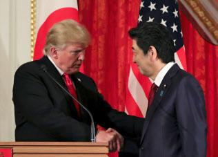 安倍晋三首相(右)とトランプ米大統領は、通商交渉の加速で一致した=ロイター
