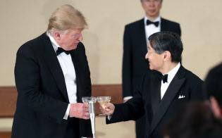 宮中晩さん会でトランプ米大統領と乾杯する天皇陛下(27日、皇居・宮殿)