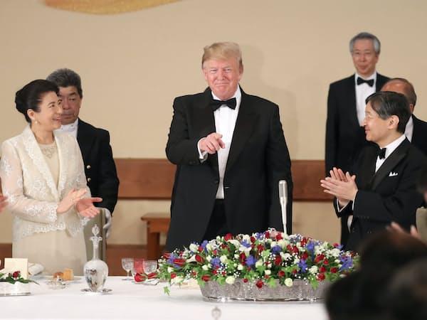 宮中晩さん会で乾杯を終え、笑顔を見せるトランプ氏と天皇、皇后両陛下