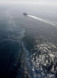 千葉県銚子市の犬吠埼沖で貨物船同士が衝突、千勝丸が沈没した現場付近で、海面に漂う油(26日午後2時29分)=共同