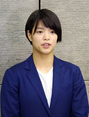 柔道のグランプリ・フフホト大会で優勝し、帰国した阿部詩(27日、成田空港)=共同