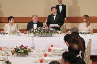 トランプ米大統領夫妻を歓迎する宮中晩さん会であいさつする天皇陛下(27日、皇居・宮殿「豊明殿」)