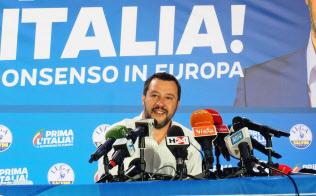 同盟の本部で記者会見するサルビーニ党首(27日、ミラノ)