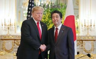 日米首脳会談の冒頭、握手する安倍首相とトランプ米大統領(27日、東京・元赤坂の迎賓館)