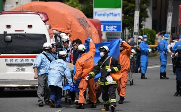 小学生らが刺された現場周辺で救助活動を行う消防隊員ら(28日、川崎市多摩区)
