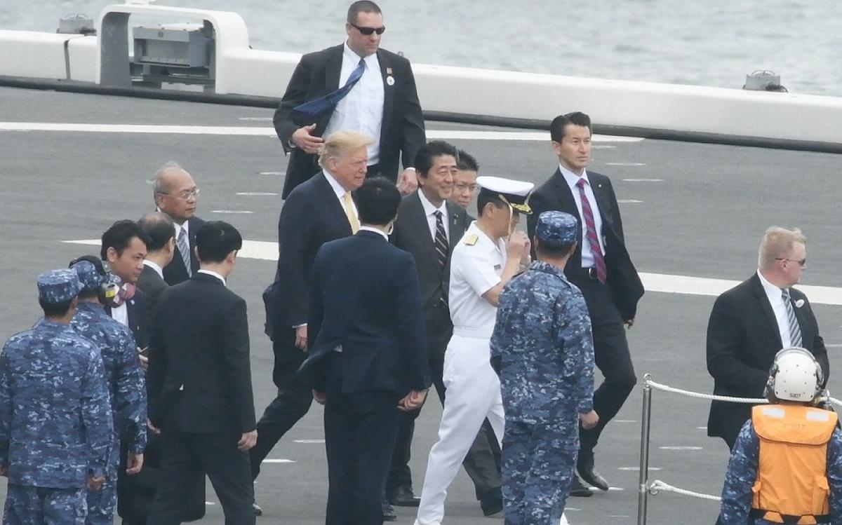 海上自衛隊の護衛艦「かが」を視察するトランプ氏と安倍首相