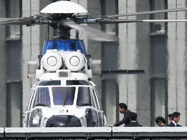 首相官邸の屋上でヘリに乗り込む安倍首相