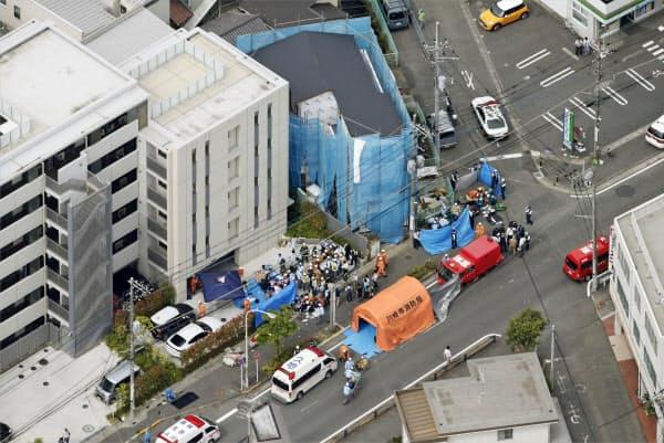 複数の人が刺され、騒然とする現場付近(28日午前8時38分、川崎市多摩区)=共同