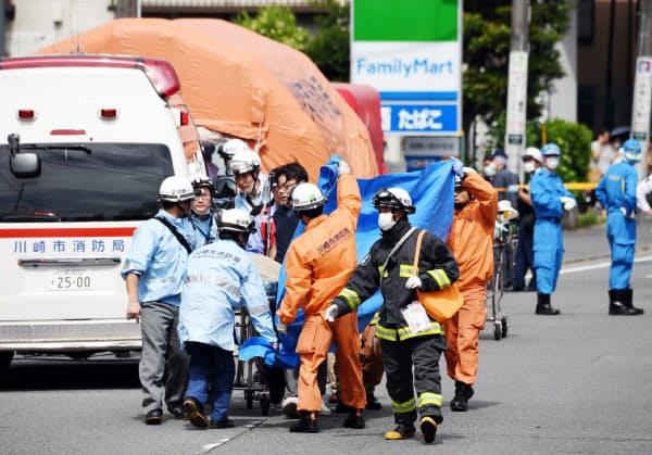 小学生らが刺された現場周辺で救助活動を行う救急隊員ら(28日午前、川崎市多摩区)