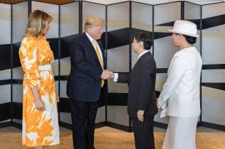 国賓として来日したトランプ大統領夫妻と別れのあいさつをする天皇、皇后両陛下(28日、東京都千代田区のパレスホテル東京)=宮内庁提供