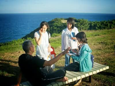 長崎県の離島の住民に話を聞き、地域活性化のためのフィールドワークに取り組む大学生たち=長崎県立大提供