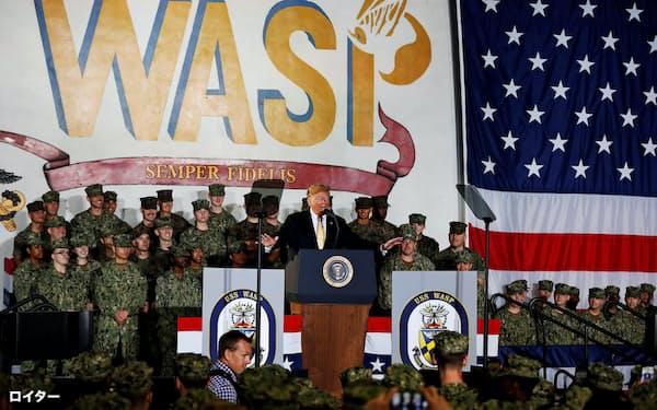 米海軍の強襲揚陸艦「ワスプ」で演説するトランプ氏=ロイター