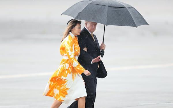 大統領専用機に乗り込むトランプ氏とメラニア夫人