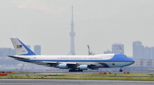トランプ大統領夫妻を乗せ、帰国の途に就く米大統領専用機。中央奥は東京スカイツリー(28日午後、羽田空港)=共同