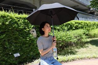 サンコーが販売するミストシャワー機能付き傘。ペットボトルを持ち手に取り付けると、上部からミスト状の水を噴射する