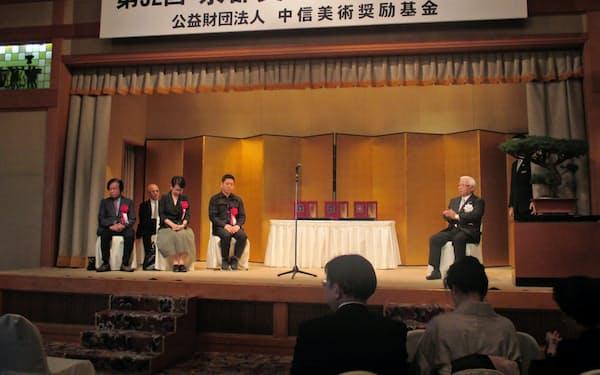 3氏に京都美術文化賞が贈呈された(28日、京都市東山区)