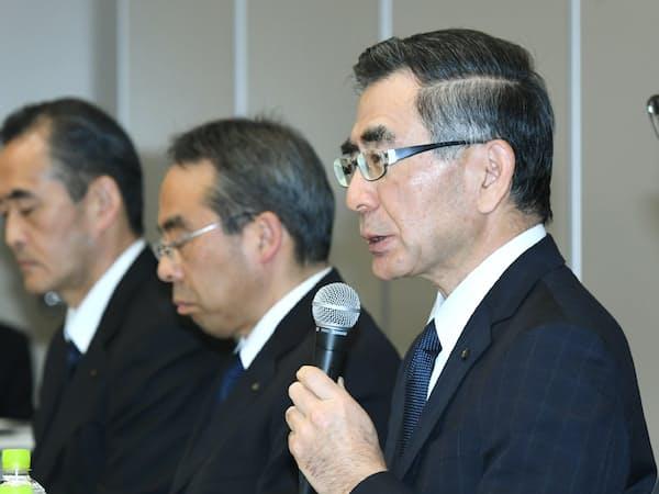記者会見するスズキの鈴木俊宏社長(右)(4月、東京都港区)