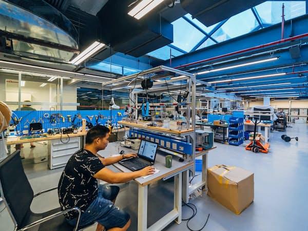 HAXは中国・深圳に拠点を持ち、試作機を安価に製造できる。米国や中国の起業家が利用し、競い合う