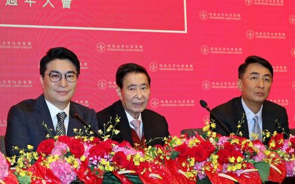 恒基兆業会長を退任した李兆基氏(中)と後を継ぐ2人の息子、李家傑氏(右)と李家誠氏(28日、香港)