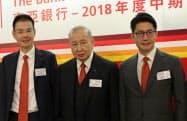 東亜銀行トップを退く李国宝氏(中)と後を継ぐ2人の息子、李民橋氏(左)と李民斌氏
