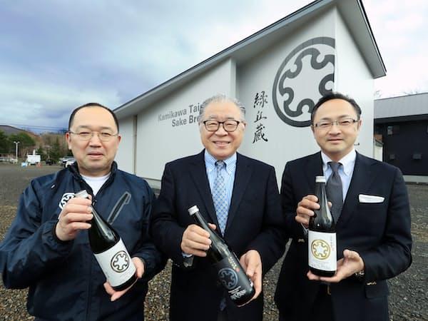 (右から)塚原社長、島崎会長、杜氏の川端副社長
