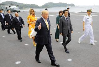 安倍首相(手前中央)の出迎えを受け、海上自衛隊の護衛艦「かが」に乗艦したトランプ米大統領(同左)=28日午前、神奈川県横須賀市の海上自衛隊横須賀基地(代表撮影)