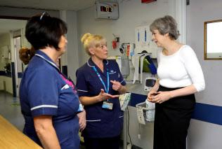 EU域内からの看護師採用が難しくなっている(2017年、英中部リバプールの病院を訪れたメイ首相)=ロイター