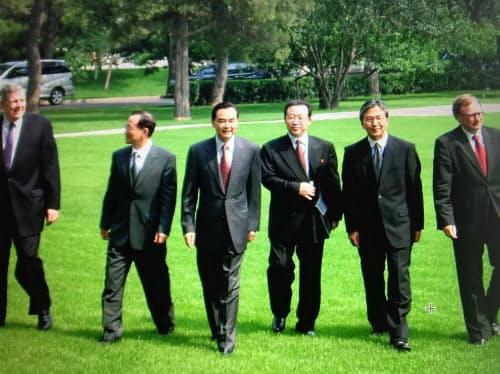 北朝鮮の核開発問題を巡る6カ国協議で(右から2人目が薮中氏。2004年2月、北京の釣魚台迎賓館)