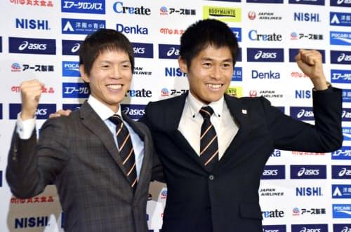 世界選手権の代表に選ばれ、ポーズをとるマラソンの川内優輝(右)と50キロ競歩の鈴木雄介(28日午後、東京都内)=共同