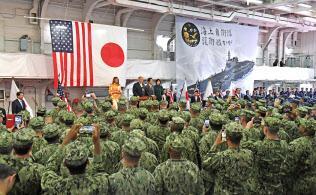 護衛艦「かが」を視察し、日米の隊員を前に訓示するトランプ米大統領(28日、神奈川県横須賀市)