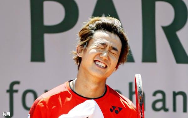男子シングルスで2回戦進出を決め喜ぶ西岡良仁(28日、パリ)=共同