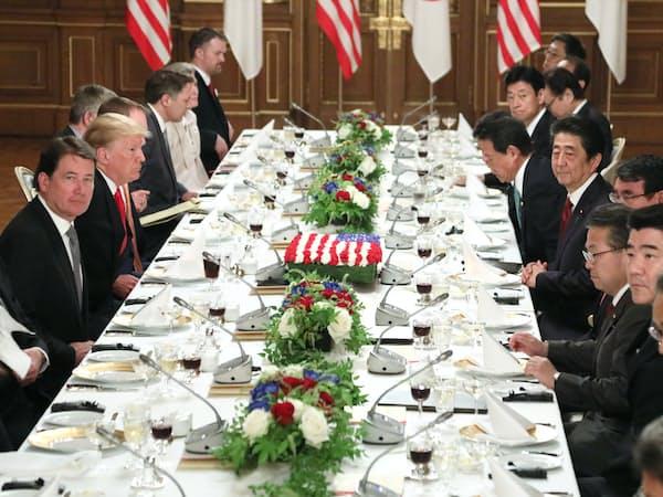 首脳ワーキングランチに臨む安倍晋三首相とトランプ米大統領(27日、東京・元赤坂の迎賓館)