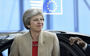 メイ首相はEU離脱に関する英国内の合意形成に苦しみ、24日の退陣表明に至った=AP
