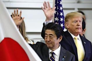 トランプ氏の訪日をめぐり、米メディアでは交渉が一筋縄ではいかないことを示す見方が大半を占めた(28日、横須賀)=AP
